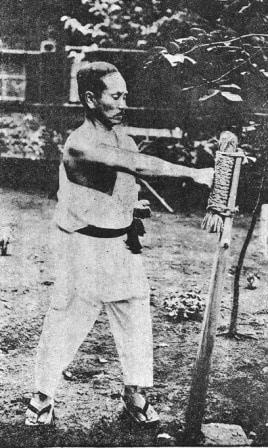 Gichin Funakoshi au Makiwara
